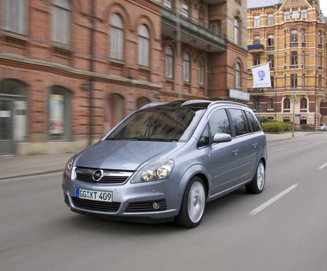 Renault Grand Scenic Dynamique TomTom 1.6 (2014) vs Opel Zafira Family 1.8 (2014)