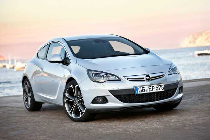 Opel Astra GTC 1.4 Turbo (2014) vs Volkswagen Golf GTI (2015)