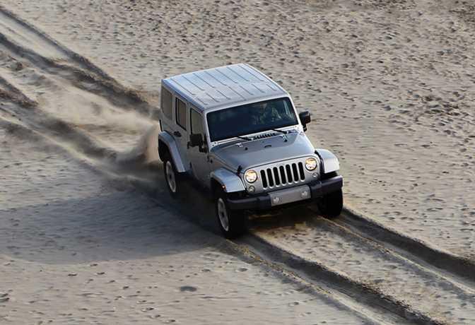 Land Rover Range Rover Sport V6 (2014) vs Jeep Wrangler Unlimited Sport (2014)