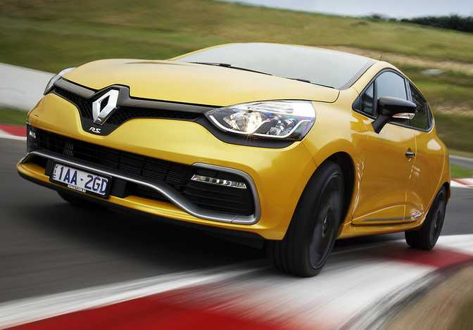 Renault Clio 1.5 (2014) vs BMW 740Ld xDrive Sedan (2015)