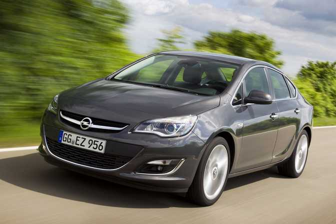 Ford Fiesta SE Hatch (2014) vs Opel Astra Expression (2014)