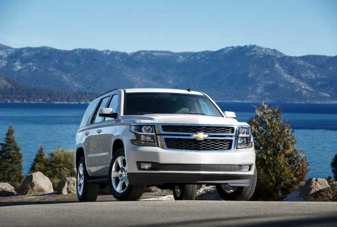 Cadillac Escalade Luxury AWD (2014) vs Chevrolet Tahoe LS AWD (2015)