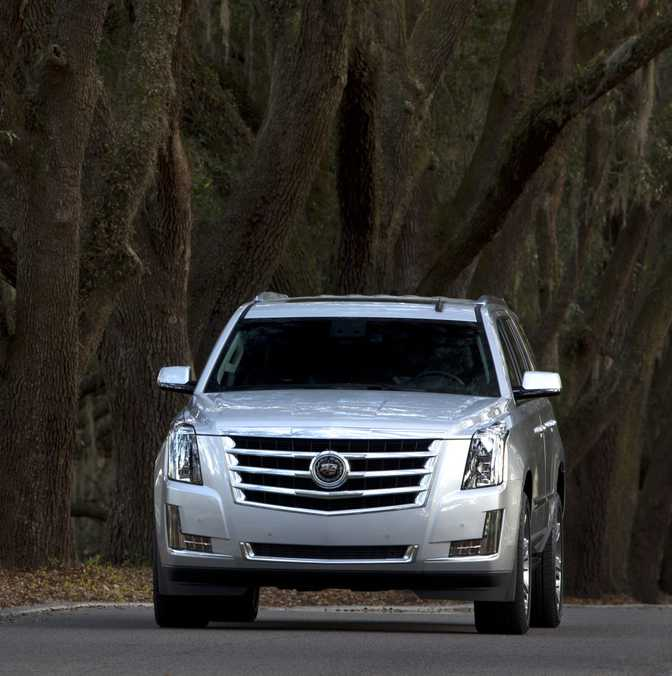Toyota Land Cruiser (2014) vs Cadillac Escalade Luxury AWD (2014)