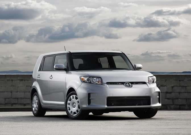 BMW ActiveHybrid 5 (2014) vs Scion xB Base (2014)