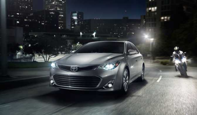 Toyota Avalon XLE (2014) vs Peugeot 208 Allure (2014)