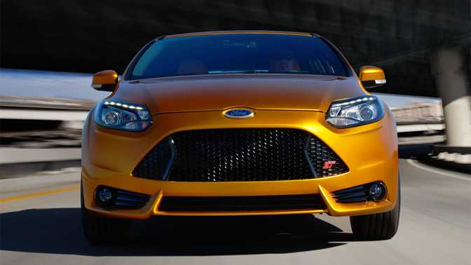 Ford Mustang Shelby GT500 (2014) vs Ford Focus ST (2014)