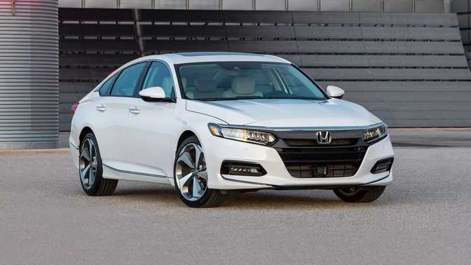 Honda Accord Sedan (2018) vs Honda Accord Hybrid (2017)