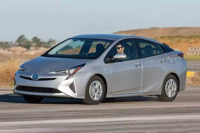 Toyota Prius (2017) vs Honda Civic Sedan (2018)